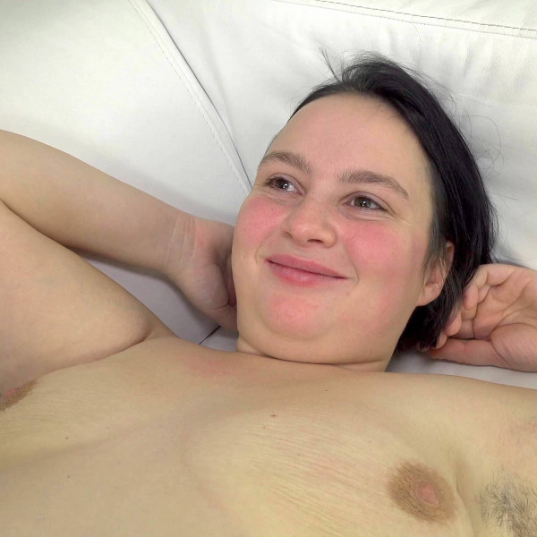 Chubby chick shows her hairy pussy - Photo 14 / 16