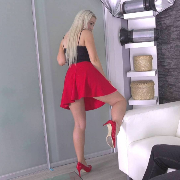 Blonde sex bomb in porn action - Photo 5 / 16